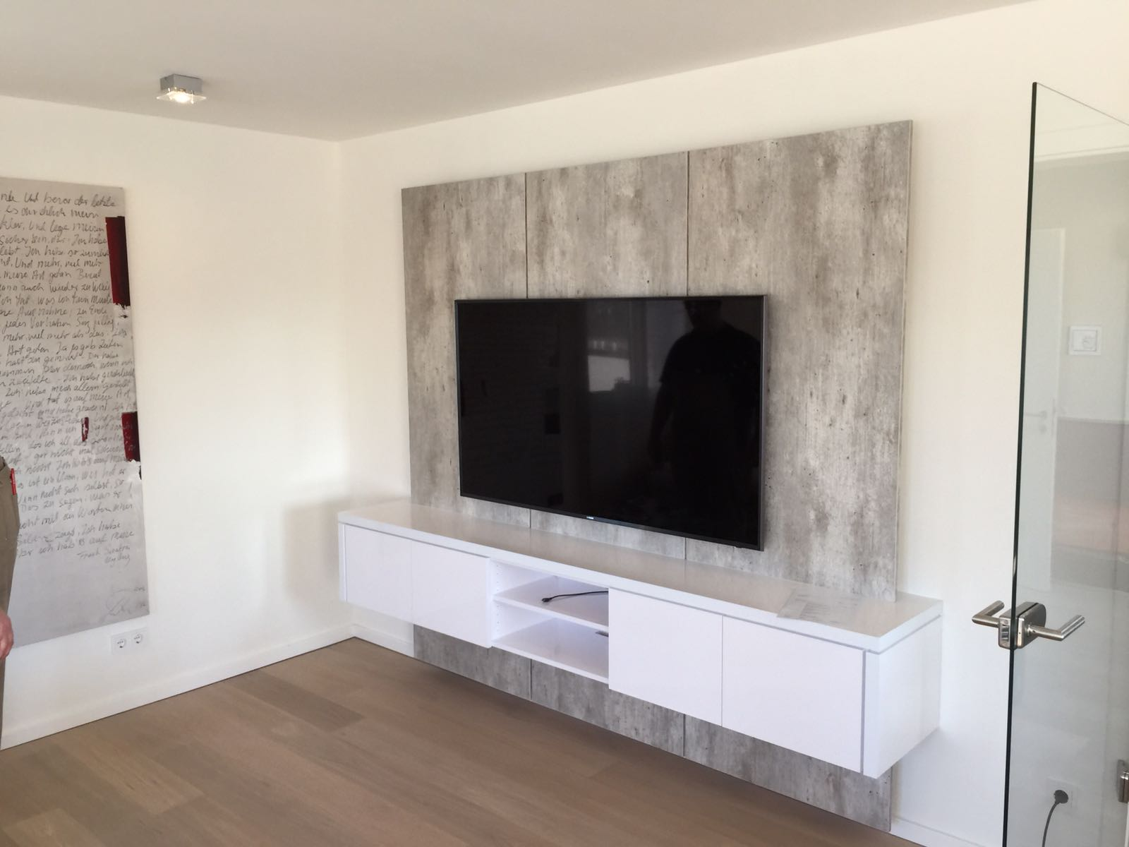 tv wand xxl in betonoptik f r kunden in solingen tv wall by luxframes die tv wand aus. Black Bedroom Furniture Sets. Home Design Ideas