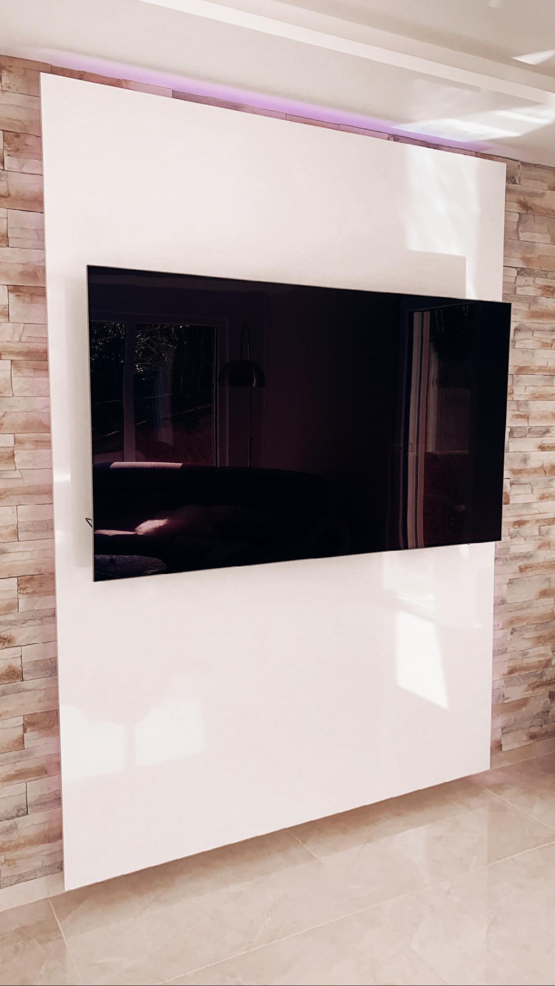 Geradlinige und edle TV-Wand: TV WALL Individual in Hochglanz ...