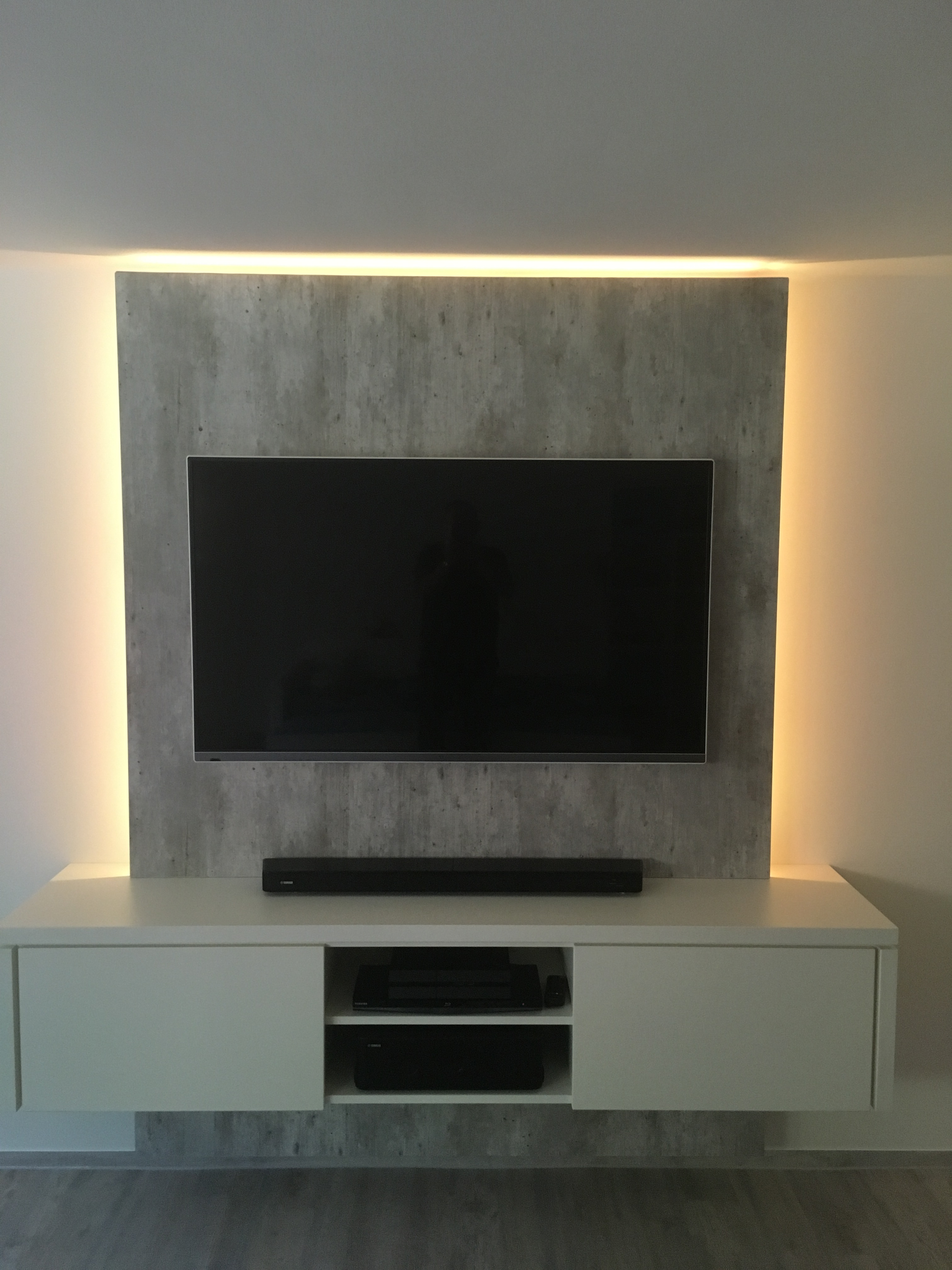 tv wand in gelungener kombination angesagte betonoptik. Black Bedroom Furniture Sets. Home Design Ideas